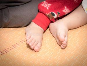 Ребенок во сне поднимает ноги