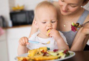Когда ребенку давать твердую пищу