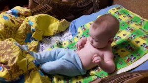 Ребенок в 5 месяцев сидит