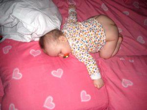 Грудничок во сне поднимает ножки