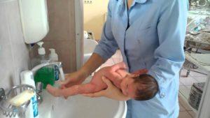 Как Правильно Держать Новорожденного При Подмывании Мальчика