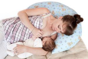 Как правильно кормить ребенка грудным молоком лежа