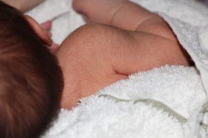 Когда выпадает пушок у новорожденных